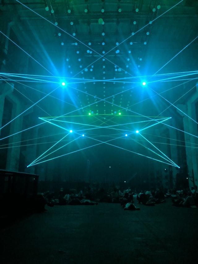лазерное шоу в помещении фото